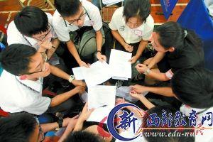 面试官为学生讲解面试要领,进行简单的培训。广州日报记者骆昌威 摄