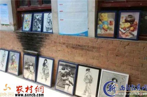 静静和王嘉悦在富平美原中学门前合影-富平爱心父女情系贫困生 传图片