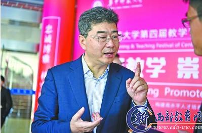 教育部高教司司长吴岩接受采访     通讯员陈希昌 摄